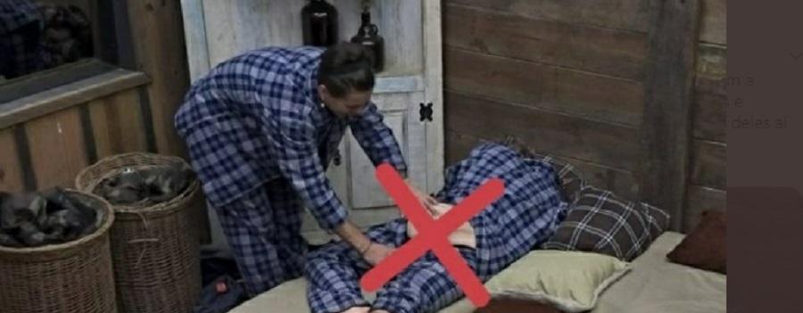 Biel assediando Cartolouco ao baixar as calças do jornalsita enquanto ele dorme