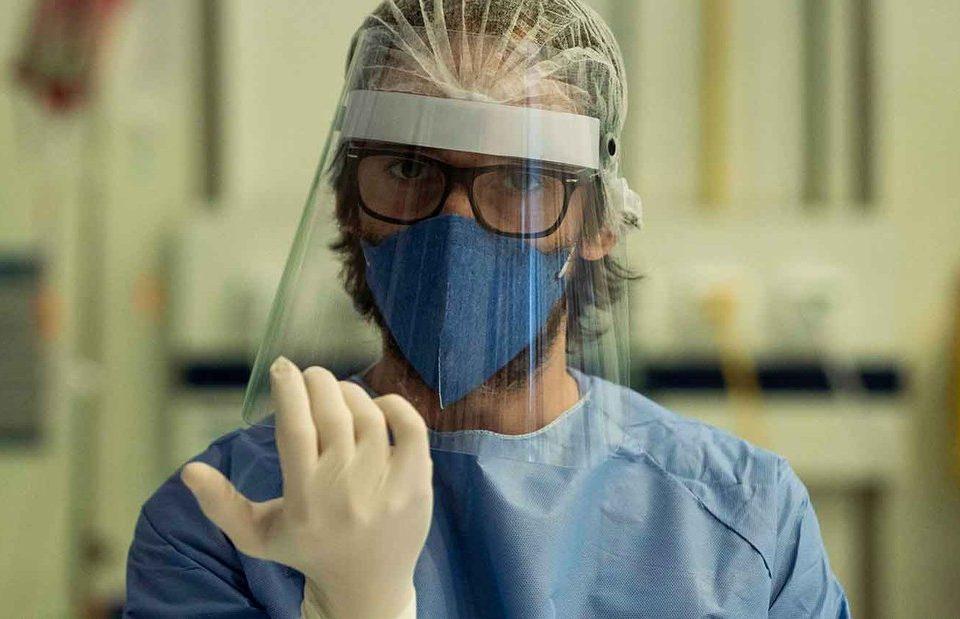 Atriz Marjoerie Estiano de máscara e escudo facial em cena de Sob Pressão especial Covid