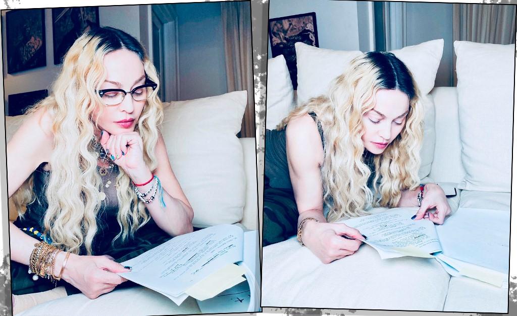 Duas fotos de diferentes ângulos de Madonna escrevendo e lendo um roteiro de filme