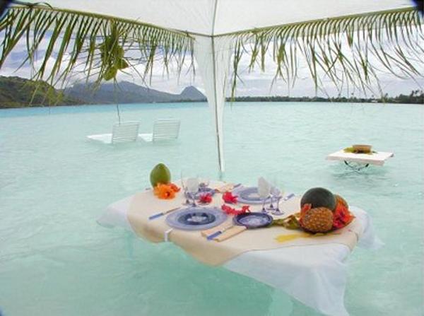 pedidos bizarros: mesa posta dentro da água em pelo mar de águas cristalinas