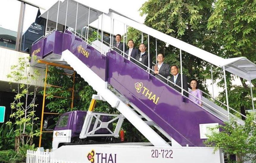 escada para acessar aeronaves usada em restaurante com tema de avião
