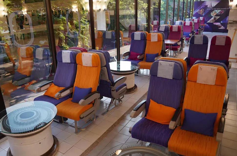 Assentos de passageiros em restaurante com tema de avião