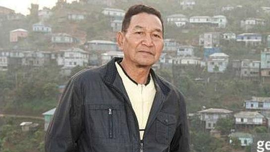 Ziona Chana de jaqueta azul escuro, o chefe da maior família do mundo